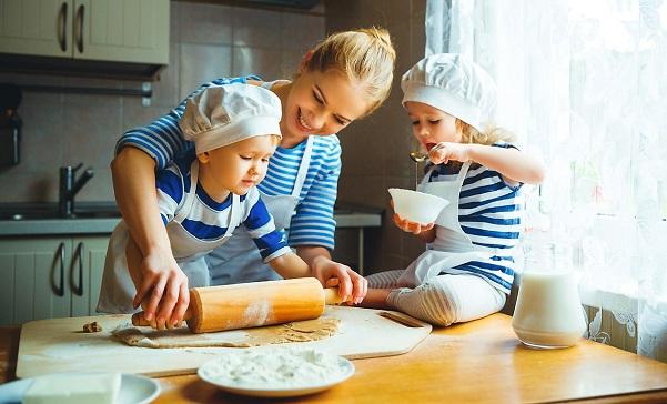 Cách dạy trẻ sử dụng các thiết bị bếp theo từng lứa tuổi