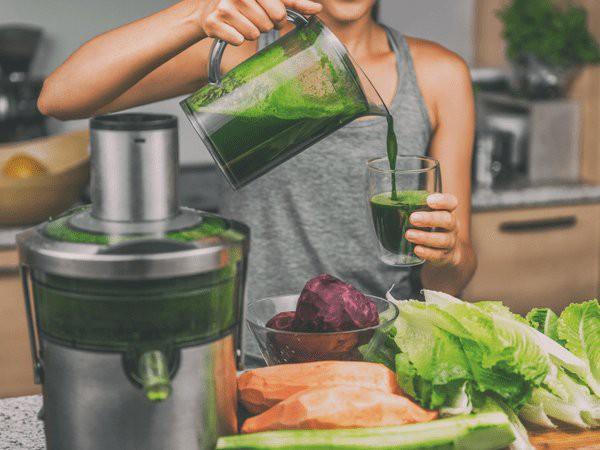 Làm sinh tố giảm cân từ rau lá xanh